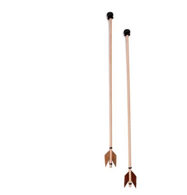 2 houten speelgoed pijlen met ronde punt en lederen vleugels aan het andere uiteinde.