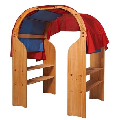 Tweehouten speelstandaarden met twee bogen bedekt met blauwe en rode doeken vormen een houten speelhuisje.