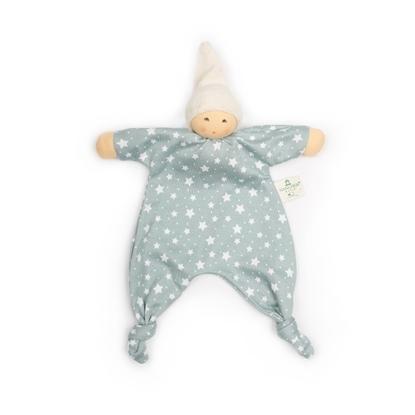 Lappenpop met  lichaam in blauw-grijs tricot bestrooid met witte sterren, een  pinnemuts in ivoorkleurige badstof, handen en gezicht in huidkleurige tricot, voetjes zijn geknoopt.