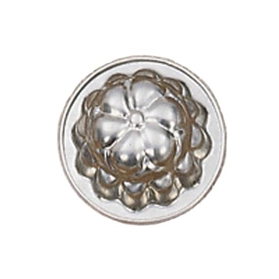 Kleine ronde bakvorm in metaal in de vorm van een bloem.