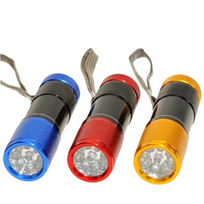3 kleine metalen cilindrische LED zaklampen met een lus en negen kleine led lampen erin: 1 blauwe, 1 rode en 1 gele.